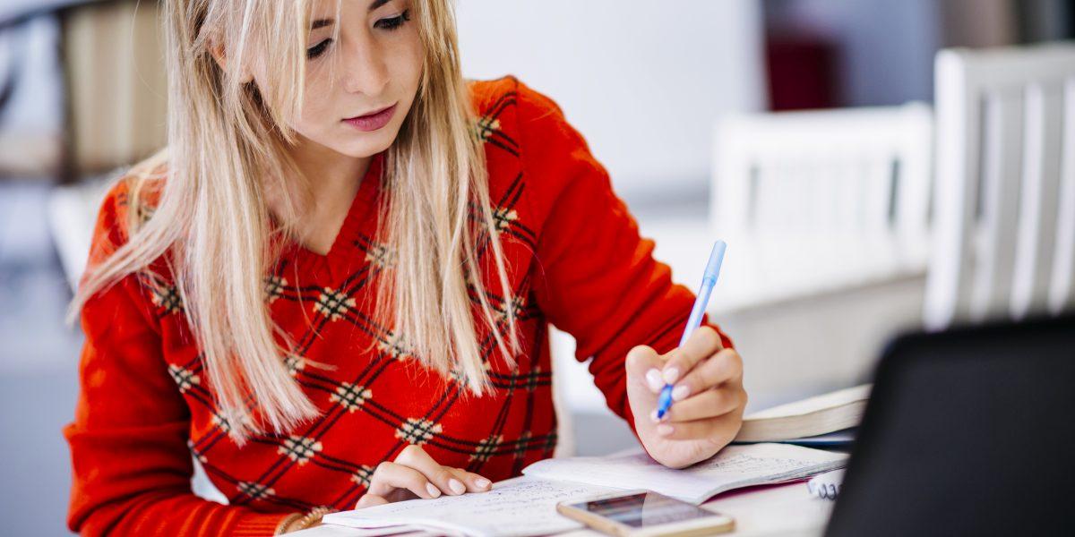 เตรียมสอบ IELTS ด้วยตัวเองจะเริ่มจากจุดไหนดี หรือหาคอร์สเรียนจะดีกว่าไหม?